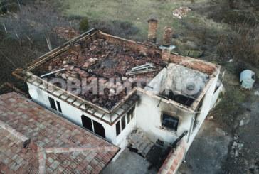Коледна украса подпали къща