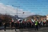 Бунтът в Кресна започна! Протестиращи пресичат по пешеходна пътека, движението се пуска периодично