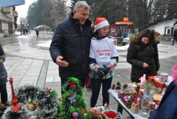 Деца помагат на деца с коледен базар