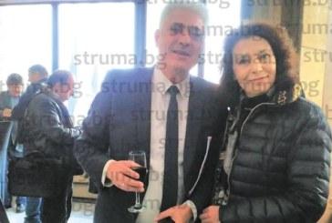 Кметът на Дупница М. Чимев почерпи в общината за 56-годишнина, подариха му електронна цигара
