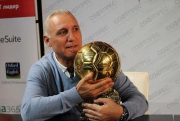 """Стоичков показа оригиналната """"Златна топка"""", стотици я докоснаха"""