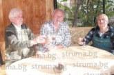 Пенсиониралият се енергетик инж. С. Белерянов посрещна гости, бивши съученици