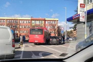 Автобус и джип в сблъсък на кръгово кръстовище в Благоевград