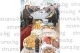Учителите пенсионери от Сандански отпразнуваха в аванс Коледа с питка и късметчета