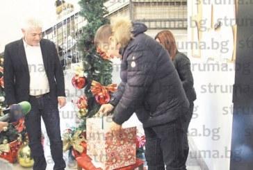 Три от 150-те деца от Дупница, пуснали писма до Дядо Коледа, ще получат днес от М. Чимев желаните подаръци