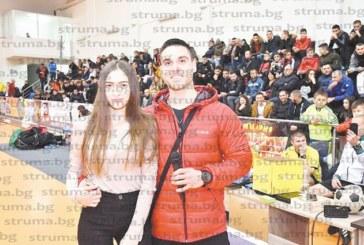 """Фитнес инструктор предложи брак на любимата си пред 600 души екзалтирана публика в """"Арена Петрич"""""""