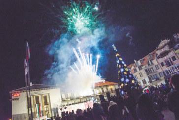 Светлините на елхата в Петрич грейнаха, Дядо Коледа пристигна с ретро автомобил