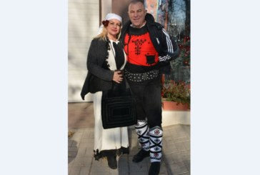 Кметската фамилия в народни носии посрещна кукерите в Симитли