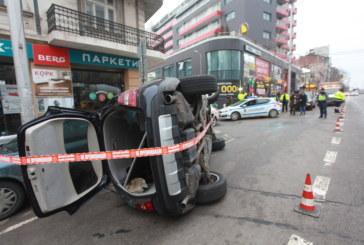 Кола се заби в паркирани автомобили