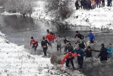 Рожденик извади кръста в Бачево, фермер е късметлията в Добърско