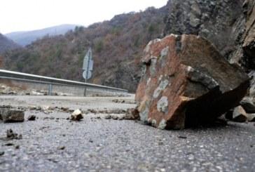 Пътят Земен- Жабляно е затворен от паднали камъни