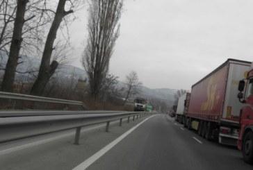 Започна пропускането на товарни и леки автомобили през границата с Гърция