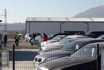 Тийнейджъри потрошиха 16 коли в автокъща