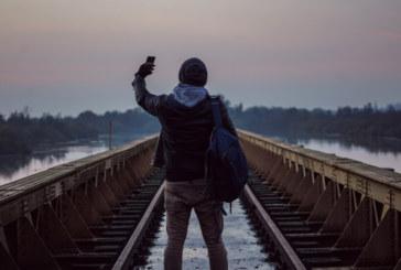 Дете се бори за живота си след екстремно селфи върху жп вагон