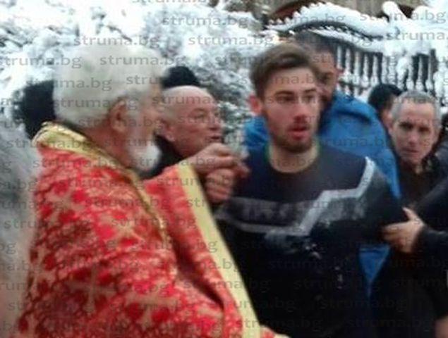 Боби от Крупник разплака онкоболната Катя, дари за лечението й събраните с Богоявленския кръст пари