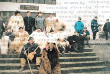 """Ръководителят на групата на """"Долната махала"""" в Черниче Сп. Тодоров:  20 г. излизам с кукерите на Сурва, в началото бяхме десетина човека, сега сме 100, от 4- до 70-годишни"""