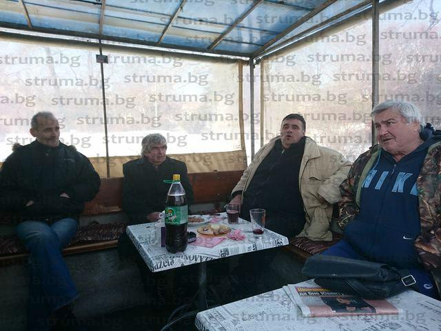 Екслидерът на СДС в Сандански Е. Муларов почерпи приятели с домашен суджук, виното осигури охранителят в общината К. Костадинов