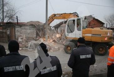 Полиция и багери влязоха в ромската махала на Войводиново, бутат опасни постройки