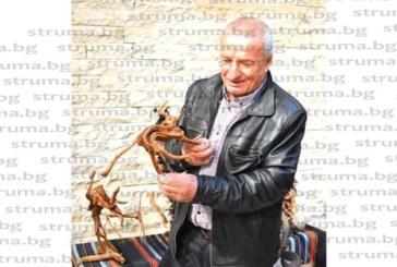 Самоук дърворезбар от Радомирско показа пластики и маски в Перник дни преди Сурва