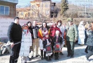 Сурвакари гониха злите сили в благоевградското село Бело поле, три поколения на фамилията Бойчеви дефилираха с групата