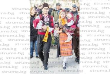 Благоевградско семейство плени българи и чужденци на кукерския фестивал в Перник