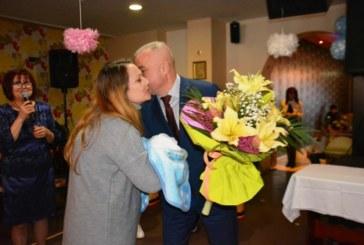 Кметът ориса бебето на Симитли, майка на близнаци поля на лекарите