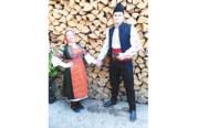"""Защитник на """"Банско"""" и съпругата му се премениха в народни носии на Богоявление"""