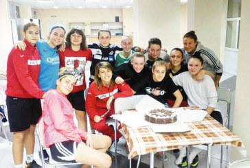 """Дамите футболистки на """"Спортика"""" започнаха с торта, взеха попълнение със счупен крак от падане с мотор"""