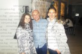 Ученици от ПМГ уловиха за автограф синоптика  Е. Чолаков в любимото му заведение в Гоце Делчев