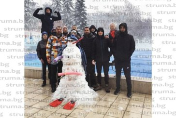 """Плувците на ПК """"Сандански"""" подариха снежен човек на треньора си рожденик Б. Граматиков"""