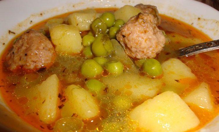 Яхния с картофи, грах и кайма