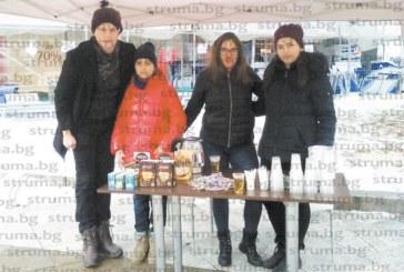Младежите от Детския парламент в Благоевград стоплиха с безплатни напитки жителите и гостите на града