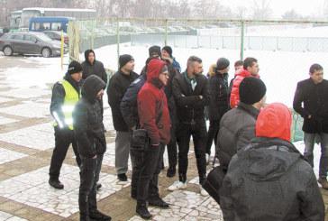Двайсетина дружелюбно настроени фенове дойдоха на първата тренировка на орлетата, пратените да ги пазят полицаи запалиха свещички