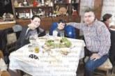 Учител от Струмяни  празнува рожден ден със  семейството си в Македония