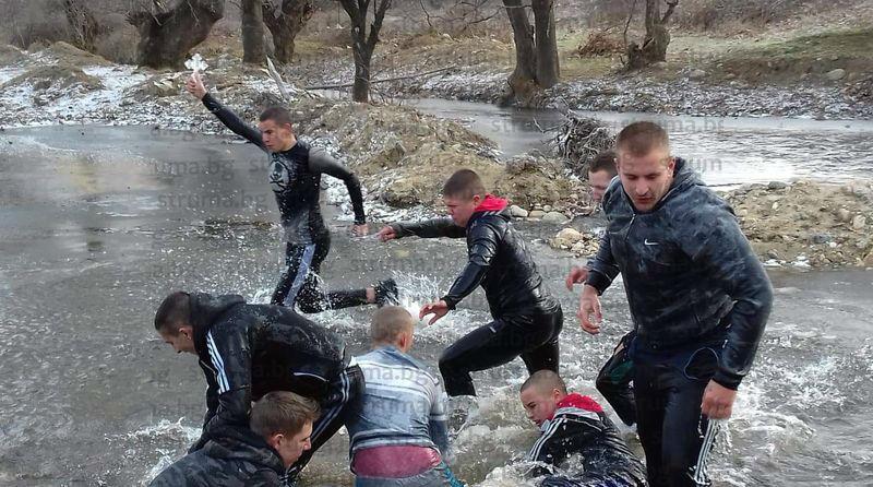 20 се бориха за кръста в село Струма