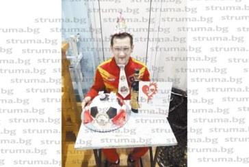 """Семейството на """"Хлапетата"""" подслади с торта футболна топка рождения ден на треньора съдия Н. Попниколов"""