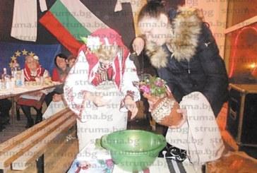 """87-годишната Стойна Граховска ориса младите невести в Покровник да раждат без болки в присъствието на единствения """"петел"""", кмета М. Цонев"""