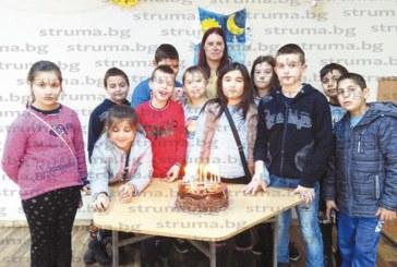 Третокласници от Крайници изненадаха класната си с песен и торта за рождения й ден