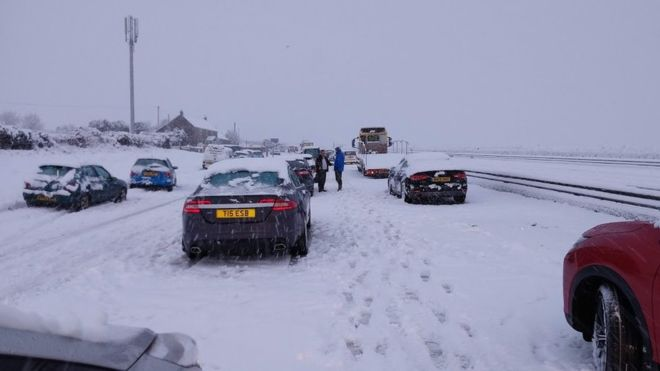 Сняг блокира шофьори във Великобритания