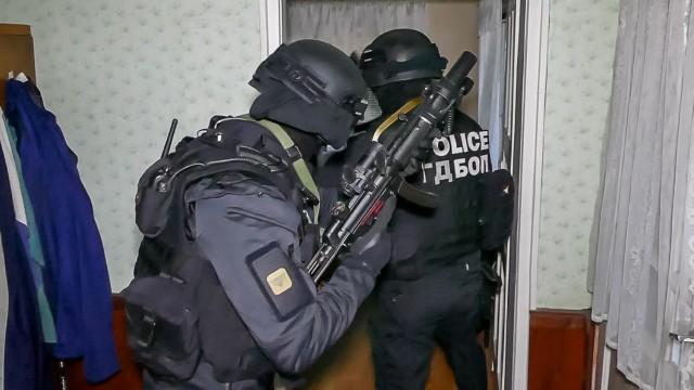 """ГДБОП разби наркобанда в кв. """"Струмско"""", 14 арестувани, сред тях и жени! Нашумелият за полицейски чадър Ат. Георгиев-Прасето закопчан в заведение"""