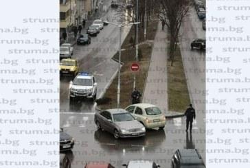 """Шофьор с """"Нисан"""" блокира движението пред поликлиниката в Благоевград"""