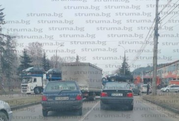 """""""Фиат"""" се заби в автовоз в Перник, водачът в болница"""