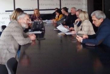 """Директорите на училища в Благоевград поискаха от общината мерки за спазване на вечерния час и всеки месец среща с шефката на """"Образование"""" С. Митова"""
