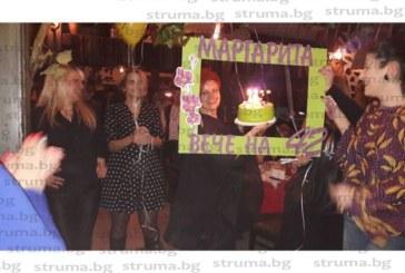 Популярна благоевградчанка отпразнува рождения си ден със стилно парти, съученички я изненадаха с подарък кълбо прежда, да майстори мартенички