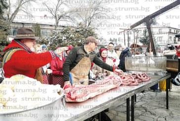 РЕКОРД ЗА ГИНЕС! Кметът Г. Икономов запретна ръкави и приготви 250-кг капама, помагаше му Ути, бабите от Банско нарязаха само кажелото