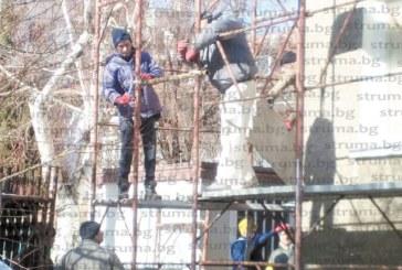 Строители без каски санират блок в Дупница