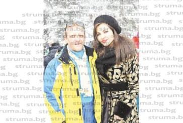 Анестезиологът д-р С. Караджов се наслади на красивата природа в Семково, направи си селфи с любимата певица Райна