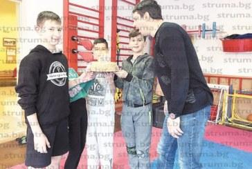 Малките гладиатори изненадаха с торта старши треньора си Хр. Михалчев за рождения му ден