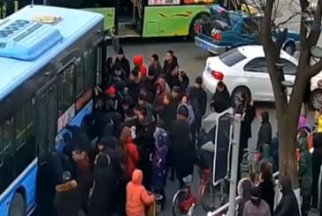 Спасиха момиче, затиснато под 10-тонен автобус