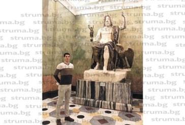 Брезнишкият волейболист Св. Гоцев се захласна по статуя на Зевс в Ермитажа